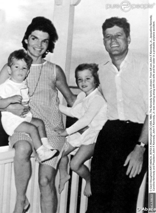 John Fitzgerald Kennedy en famille avec Jackie Kennedy et John John