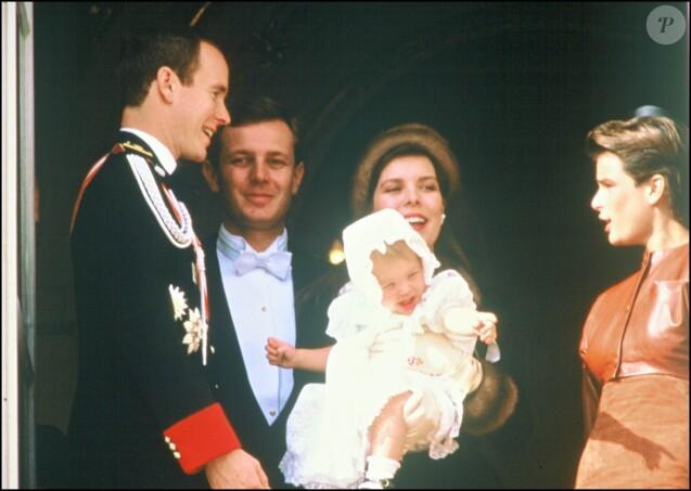 La princesse Caroline de Monaco et son mari Stefano Casiraghi avec leur fille Charlotte ainsi que le prince Albert et la princesse Stéphanie le 19 novembre 1987 au balcon du palais princier pour la Fête nationale monégasque.