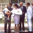 Stefano Casiraghi et la princesse Caroline de Monaco avec le prince Albert et le prince Rainier à la sortie de la clinique le 6 août 1986 après la naissance de leur fille Charlotte Casiraghi.