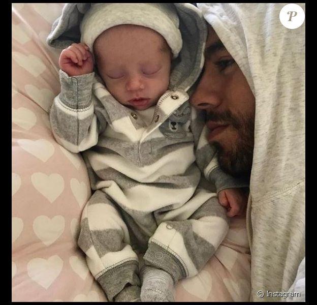 Enrique Iglesias pose avec l'un de ses jumeaux sur Instagram le 16 janvier 2018.