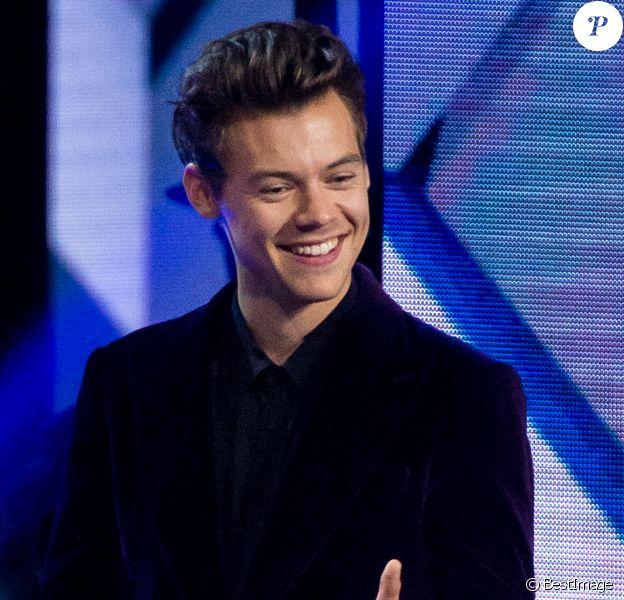 Harry Styles chante lors de l'émission X-Factor à Milan, Italie, le 9 novembre 2017.