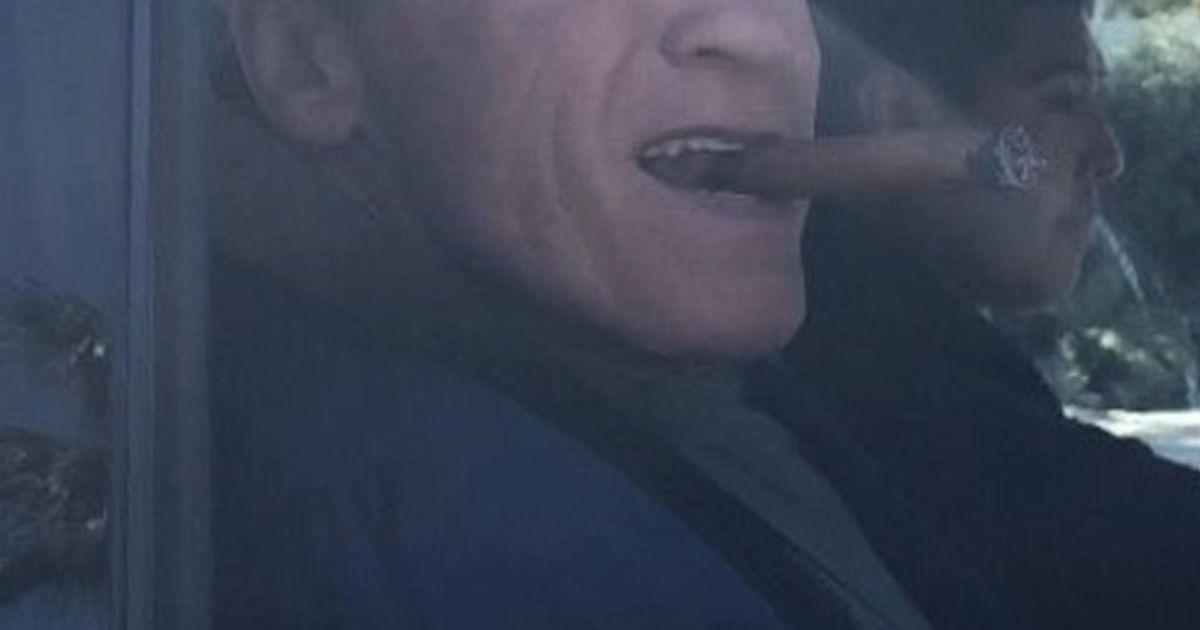 exclusif arnold schwarzenegger fume le cigare au volant de sa voiture la sortie de l 39 h tel. Black Bedroom Furniture Sets. Home Design Ideas