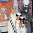 """Hélène Darroze et ses filles Charlotte et Quitterie lors de la présentation en avant-première de la nouvelle attraction """"Ratatouille : L'aventure totalement toquée"""" à Disneyland Paris à Marne-la-Vallée, le 21 juin 2014."""