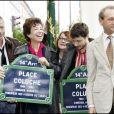 Inauguration de la place Coluche dans le 14e arrondissement de Paris en présence de Renaud, Véronique Colucci, Romain Colucci, Josiane Balasko et Bertrand Delanoë le 29 octobre 2006.