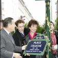 Véronique Colucci et son fils Romain Colucci lors de l'inauguration de la place Coluche dans le 14e arrondissement de Paris le 29 octobre 2006.