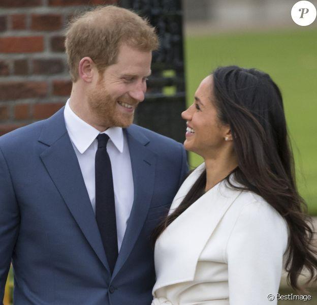 Le prince Harry et Meghan Markle posant devant la presse au palais de Kensington après l'annonce de leur mariage au printemps 2018 à Londres le 27 novembre 2017.