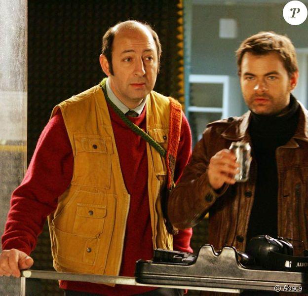 """Kad Merad et Clovis Cornillac, sur le tournage de """"Protéger et Servir"""", d'Eric Lavaine, à l'école de police de Jurbise, à Mons, en Belgique, le 10 mars 2009 !"""