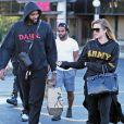 Khloe Kardashian (enceinte) et son compagnon Tristan Thompson se baladent avec des amis dans les rues de Cleveland, le 1er octobre 2017