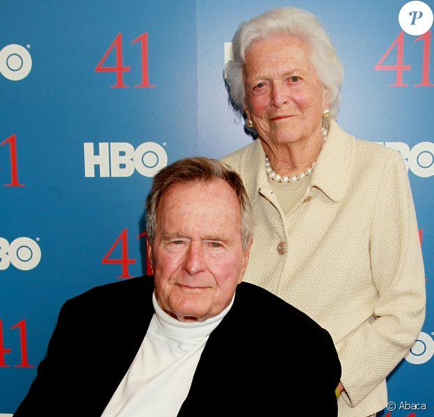 """George H.W. Bush et sa femme Barbara Bush lors de la projection de """"41"""", le premier documentaire sur la vie de l'ancien président américain. New York le 13 juin 2012."""