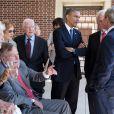 Barack Obama discute avec d'anciens présidents dont George H.W. Bush accompagné de sa femme Barbara Bush à Dallas, le 25 avril 2013