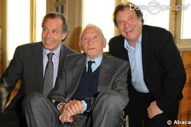 Robert Lamoureux reçoit la médaille Grand Vermeil de la Ville de Paris, à l'Hôtel de Ville entouré de ses amis, dont Michel Leeb et Daniel Russo
