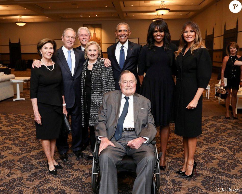 Laura Bush, George W. Bush, Bill Clinton, Hillary Clinton, Barack Obama, Michelle Obama, Melania Trump posent avec George H.W. Bush - Portrait de famille des présidents americains après la messe des obsèques de Barbara Bush à Houston le 22 avril 2018.