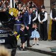 Le prince George et la princesse Charlotte de Cambridge arrivent sous les yeux de la foule avec leur père le prince William à l'hôpital St Mary à Londres dans l'après-midi du 23 avril 2018 pour voir leur petit frère, auquel la duchesse Catherine a donné la vie à 11h01.