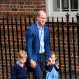 Le prince George et la princesse Charlotte de Cambridge arrivent avec leur père le prince William à l'hôpital St Mary à Londres dans l'après-midi du 23 avril 2018 pour voir leur petit frère, auquel la duchesse Catherine a donné la vie à 11h01.