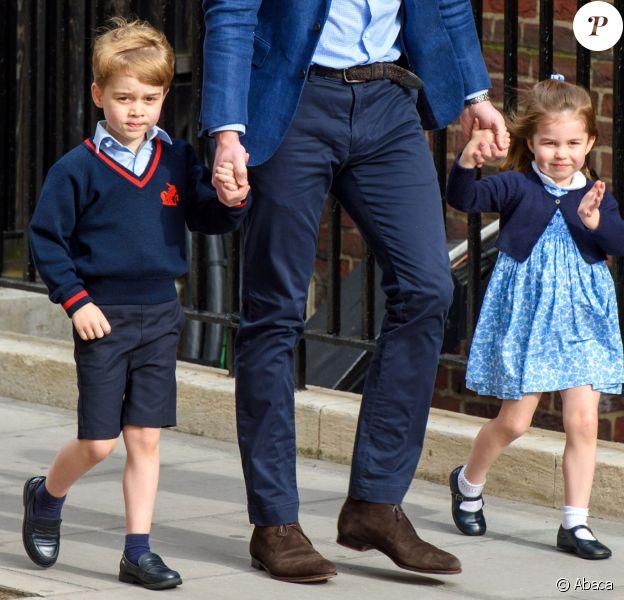 Le prince George de Cambridge et la princesse Charlotte de Cambridge arrivent avec leur père le prince William à l'hôpital St Mary à Londres dans l'après-midi du 23 avril 2018 pour voir leur petit frère, auquel la duchesse Catherine a donné la vie à 11h01.