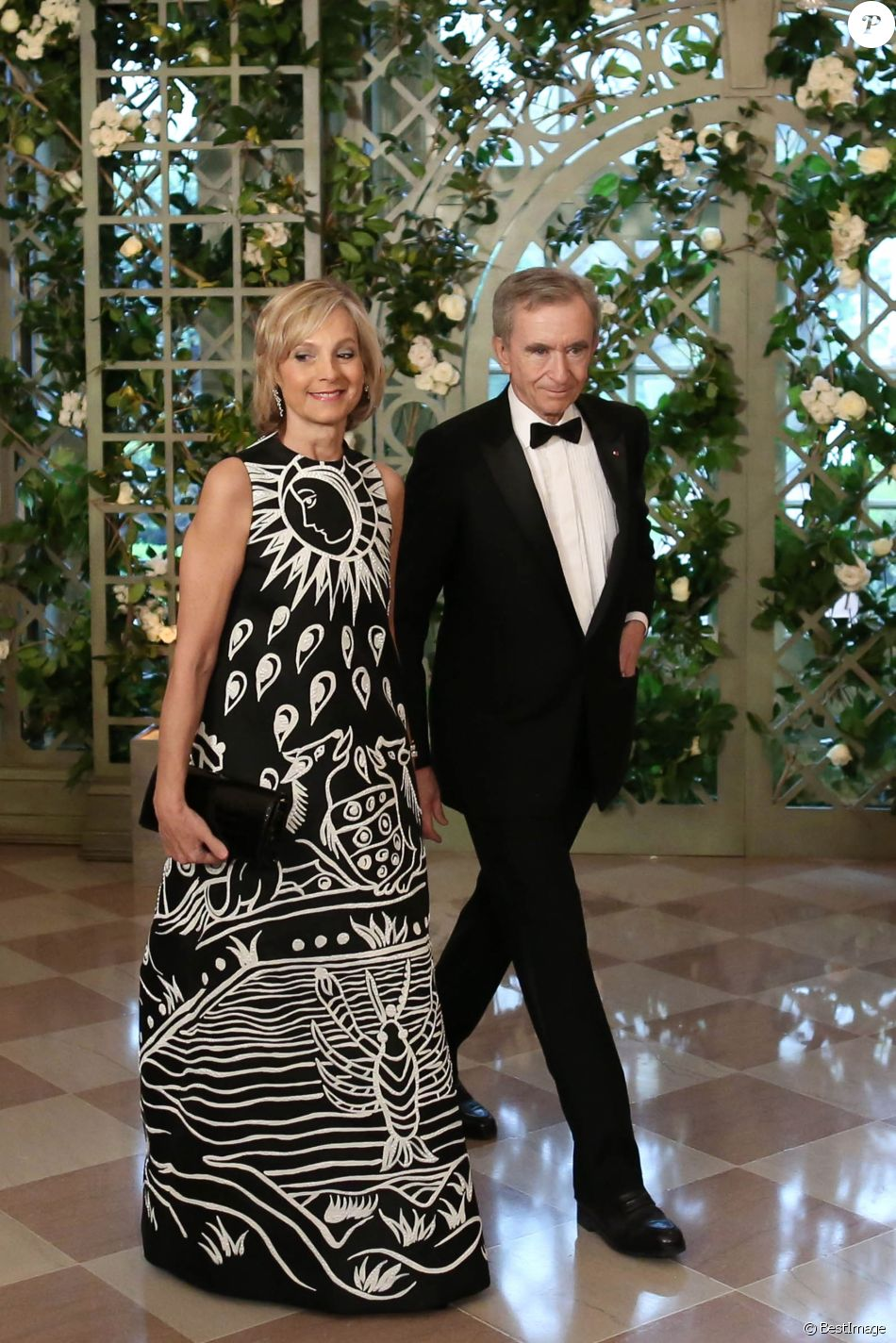 bernard arnault et sa femme h l ne arnault les invit s arrivent au d ner en l 39 honneur du. Black Bedroom Furniture Sets. Home Design Ideas
