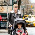 Nicky Hilton Rothschild promène sa fille Lily en poussette à New York, le 19 avril 2018.