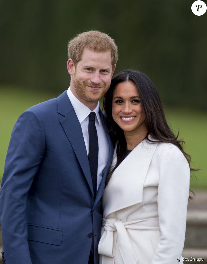 le prince harry et meghan markle posent kensington palace apr s l 39 annonce de leur mariage au. Black Bedroom Furniture Sets. Home Design Ideas
