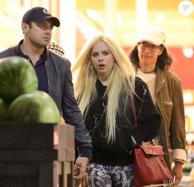 Exclusif - Avril Lavigne fait des achats dans un supermarché de Los Angeles avec son supposé compagnon le 18 avril 2018.