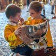 Estelle (6 ans) et Oscar (2 ans) de Suède se joignaient à leurs parents la princesse héritière Victoria et le prince Daniel ainsi qu'à leur oncle le prince Carl Philip le 21 mai 2018 au palais royal à Stockholm lors d'une réception pour fêter le titre de champions du monde des hockeyeurs suédois.