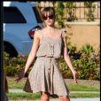 Jessica Alba en robe très printanière... Vivement l'été ! Dans un parc de Beverly Hills, le 6 avril 2009