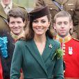 La duchesse Catherine de Cambridge en Emilia Wickstead lors de la Saint Patrick le 17 mars 2012 à la caserne d'Aldershot.