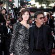 """Charlotte Gainsbourg et son compagnon Yvan Attal - Montée des marches du film """"The Meyerowitz Stories"""" lors du 70ème Festival International du Film de Cannes. Le 21 mai 2017."""