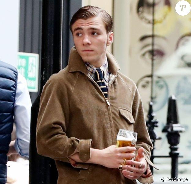 Exclusif - Rocco Ritchie boit une bière avec des amis à la taverne Fitzroy à Londres, le 24 mai 2018.