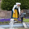 Le prince Oscar de Suède, avec sa maman la princesse héritière Victoria, fasciné par un bassin le 6 juin 2018 au palais royal Drottningholm à Stockholm lors de la Fête nationale suédoise.