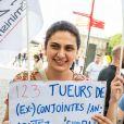 Des manifestants brandissent des pancartes devant le Zénith de Paris le soir du concert de Bertrand Cantat le 7 juin 2018.