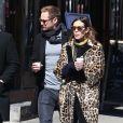 Alexa Chung porte un manteau léopard en balade avec son compagnon Alexander Skarsgard dans les rues de New York, le 23 mars 2017