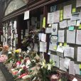 """Hommage au chef cuisinier Anthony Bourdain devant son restaurant """"Les Halles"""" à New York le 10 juin 2018. New York, NY - Mourners and fans come to TV Host Anthony Bourdain's restaurant Les Halles to show their love and share flowers and notes in New York.10/06/2018 - New York"""