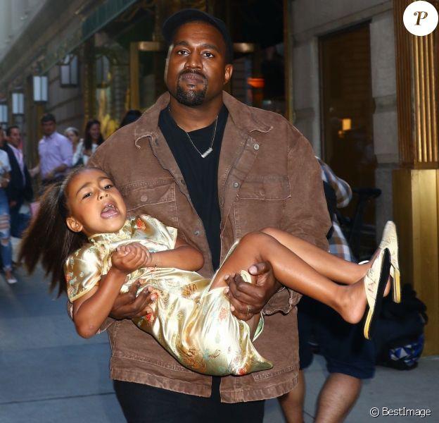 """Kim Kardashian avec son mari Kanye West fêtent les 5 ans de leur fille North West accopagnée de son amie Ryan à New York, ils arrivent au restaurant """"The Polo Bar"""" pour le dîner à New York le 15 juin 2018."""