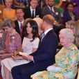 La reine Elizabeth II avec le prince Harry et la duchesse Meghan de Sussex lors des Queen's Young Leaders Awards au palais de Buckingham à Londres le 26 juin 2018.