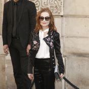Fashion Week : Isabelle Huppert et Lou Lesage, de retour au lycée !