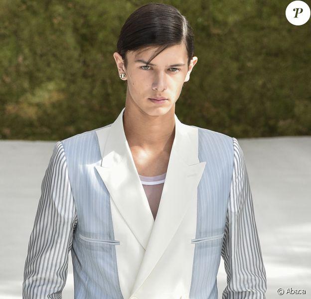 Le prince Nikolai de Danemark défilant pour Dior lors de la Fashion Week de Paris le 23 juin 2018, quleques mois après avoir fait ses débuts sur un podium pour Burberry lors de la Fashion Week de Londres.