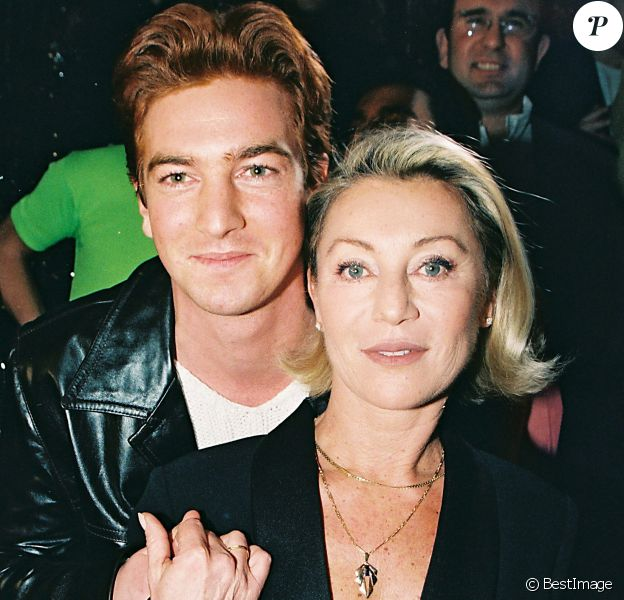 Sheila pose avec son fils Ludovic Chancel lors de son come-back au Queen, à Paris, le 12 janvier 1998.