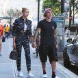 Hailey Baldwin et Justin Bieber se tiennent la main en sortant du restaurant Nobu à New York le 5 juillet 2018.