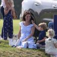Le prince George de Cambridge avec sa mère la duchesse Catherine et sa soeur la princesse Charlotte le 10 juin 2018 au polo club de Beaufort à Tetbury.