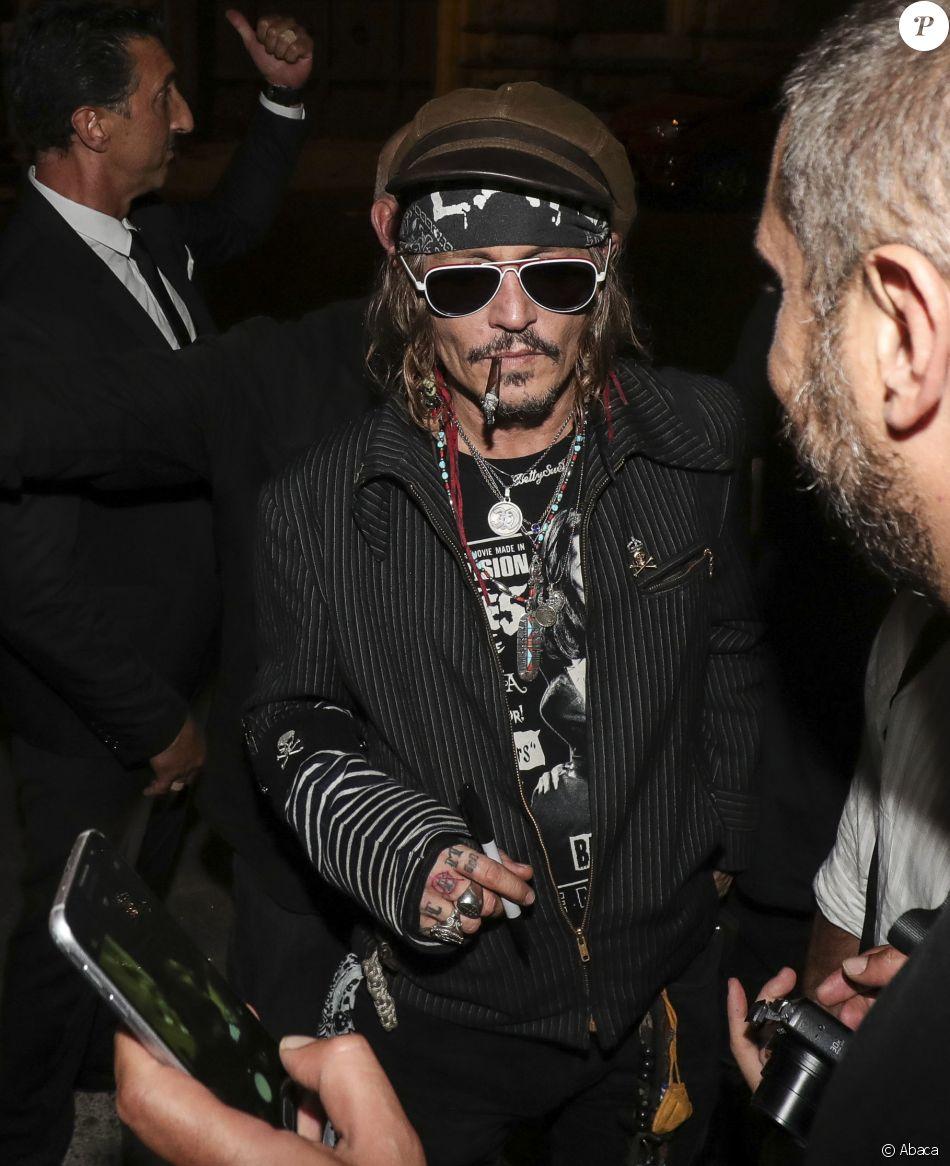 Johnny Depp Avec Tatouage Modifie Scum Est Devenu Scam Devant L