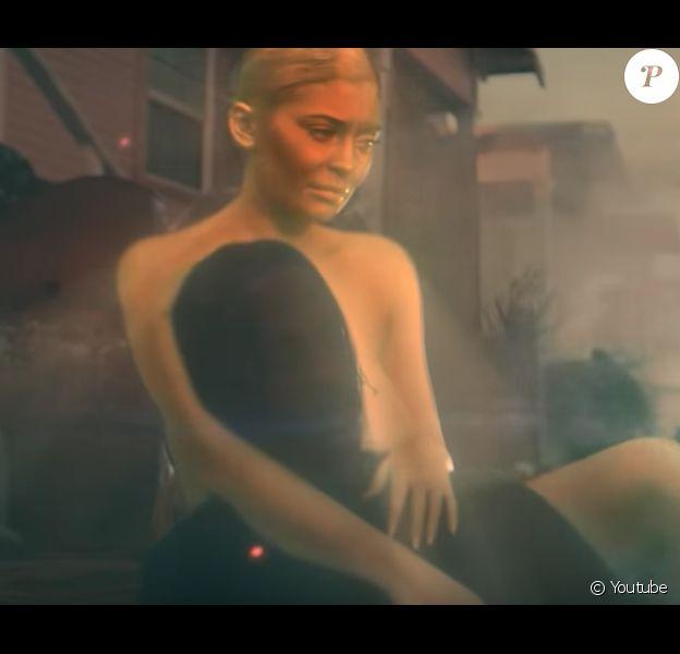 """Kylie Jenner dans le clip de son chéri Travis Scott """"STOP TRYING TO BE GOD"""", août 2018."""