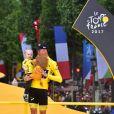 Christopher Froome avec son fils Kellan lors de l'arrivée finale du 104e Tour de France sur les Champs-Elysées à Paris le 23 juillet 2017. © Giancarlo Gorassini/Bestimage