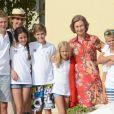 La reine Sofia d'Espagne entourée de sa fille l'infante Elena et de ses petits-enfants, enfants des infantes Elena et Cristina, à Palma de Majorque le 1er août 2014.