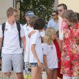 La reine Sofia d'Espagne entourée de ses petits-enfants, enfants des infantes Elena et Cristina, à Palma de Majorque le 1er août 2014.