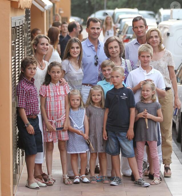 La famille royale espagnole à Palma de Majorque en août 2011 : L'infante Elena et ses enfants Felipe et Victoria, Felipe et Letizia avec leurs filles Leonor et Sofia, la reine Sofia, et l'infante Cristina et Iñaki Urdangarin avec leurs enfants Pablo, Miguel, Juan Valentin et Irene.