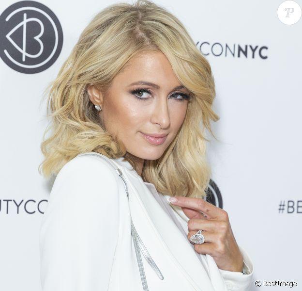 """Paris Hilton (bague) lors du festival BeautyCon au """"Javits Jacob Center,"""" à New York, le 21 avril 2018."""