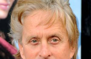 Michael Douglas lance un nouveau style capillaire pour les hommes : la coupe bicolore !