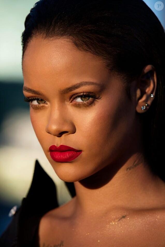 """Rihanna lance le rouge à lèvres """"Stunna"""" pour FentyBeauty. 2017."""