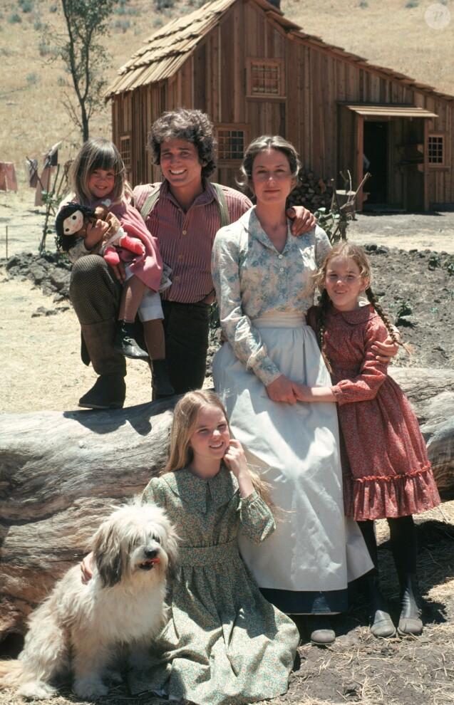 """Lindsay Greenbush, Michael Landon, Karen Grassle, Melissa Gilbert, Melissa Sue Anderson sur le tournage de """"La Petite Maison dans la prairie"""", en 1974."""