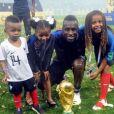 Blaise Matuidi et ses trois enfants Myliane, Naëlle et Eden, posent avec la Coupe du monde après la victoire de l'équipe de France en Russie. Instagram, le 19 juillet 2018.